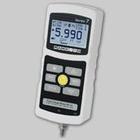Đồng hồ đo lực và ngàm kẹp của máy đo lực Mark 10